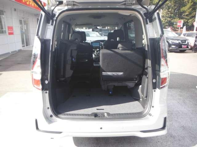 後部座席シートは片側づつ倒せます