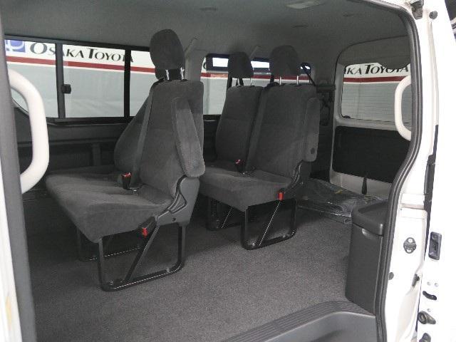1〜3列目は2名、4列目は4名乗車可能で10人の乗車定員になっております。ワゴンならではの頭上空間や足元空間にもゆとりがあって快適な乗車空間です!