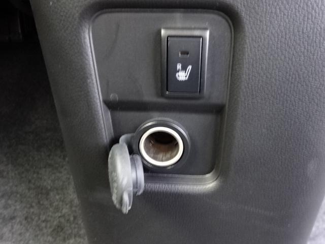 アクセサリーソケットと運転席シートヒータースイッチです。