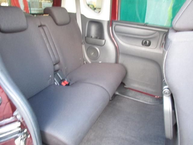 非常に広い後部座席!こちらも真ん中にアームレストが付いており、超時間でも快適空間です♪