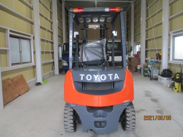 トヨタ 最大荷重2000kg アワーメーター146.4h 2段マスト 最大揚高3000MM さやフォーク サイドシフト ツメの長さ1620mm ノーパンクタイヤ 車両重量3250kg(5枚目)
