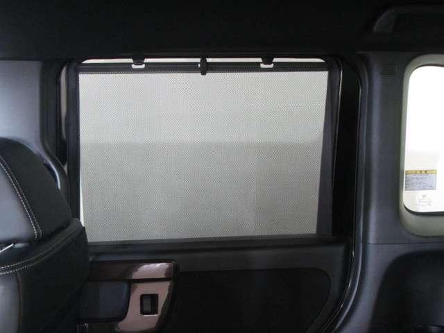 リアドアには【スクリーンサンシェード】が装備されています。日差しを和らげ、プライバシーの保護にも役立ちます。後部座席にお子様を乗車させるときも、ゆっくりお昼寝できますよ!
