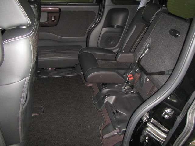 ◆チップアップ&ダイブダウン機構付スライドリアシート◆ずらして、倒して、はね上げて。変化するシートで空間を乗る人に合わせて有効に使えます!