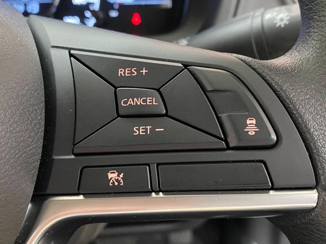 【レーダークルーズコントロール】ミリ波レーダーが車間距離を測って設定車速内で車速に比例した車間距離を保ちながら追従走行する装置で近づきすぎたときは自動でブレーキし、離れすぎたときには自動増速もする。
