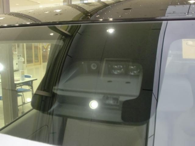 衝突被害軽減ブレーキのセンサーがFガラス上部にあります