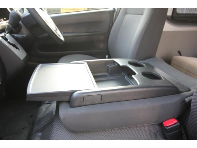 2名で乗車の際はドリンクホルダー、収納スペースをお使い下さい。