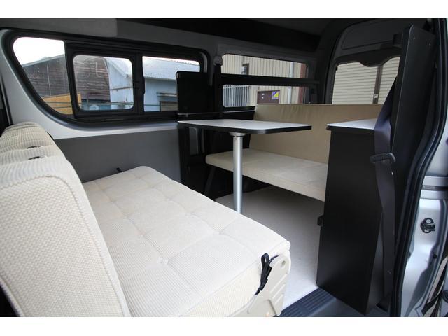 下段ベッドマットはベンチシートへの展開も可能です。4名様でテーブルを囲んでくつろぐ事ができます。