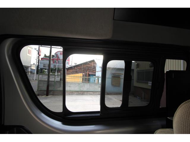2列目シート横の窓は両側ともスライド窓がついております。
