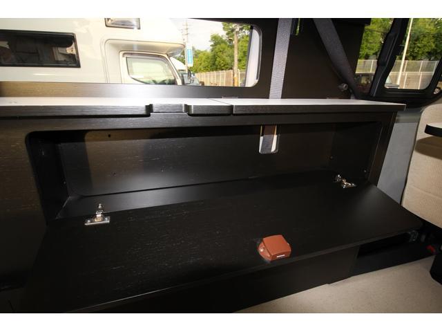 リヤ右側には収納ボックスもついております。下段ベットを展開していても収納可能なのでとても便利です。