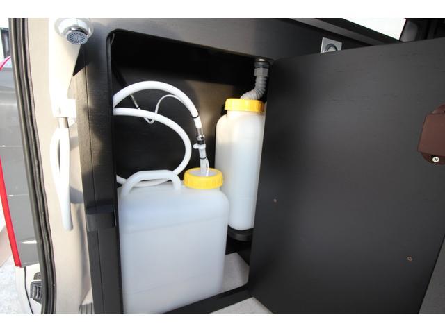 13Lの給排水用のタンクです。棚の中に収納されている為スッキリしています。