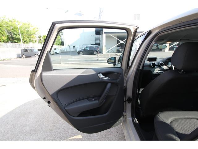 左側後部座席ドア内張りです。