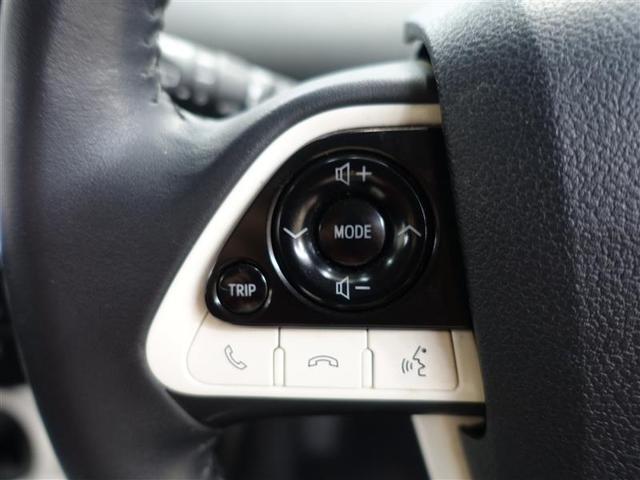 ドライブ中でも手元でオーディオ操作が可能なステアリングスイッチ付き!とても便利です!