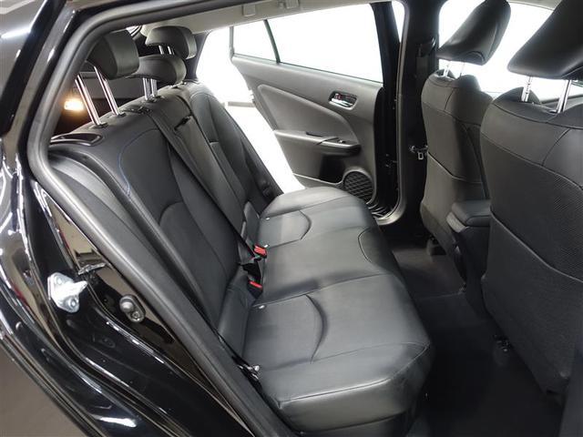後席シートは足元も頭上空間もゆったりで広々としています!