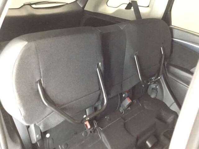後席シート座面を両方跳ね上げた状態です。背の高い荷物も気軽に積み込む事ができますよ。工夫次第でいろいろ便利に使えます。