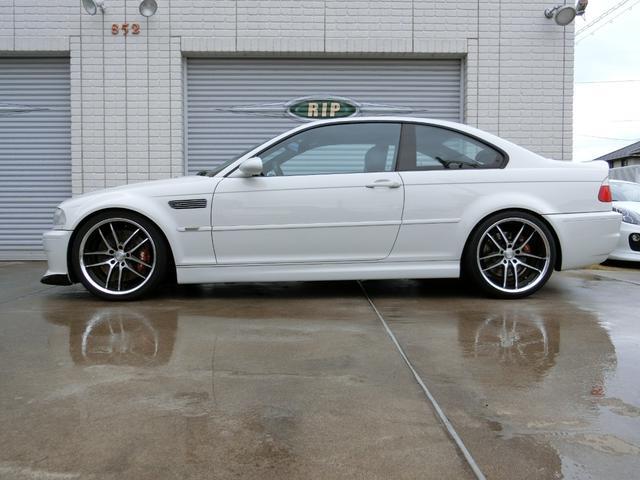 BMWのクーペならではのサイドラインと、程よく落とされた車高が似合います