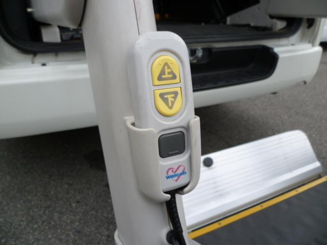 福祉車両 車いす仕様電動スイングアームリフト 車いす固定2台(4枚目)