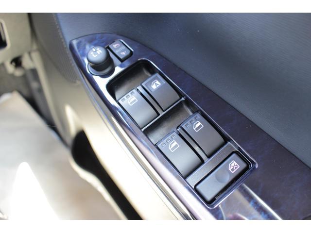 電動格納式ドアミラーになっています。狭い路地で対向車を交わす際にスイッチ一つで開閉出来るので接触を防げます。