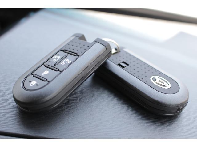 キーフリーシステムになっています。電子キーを携帯しているだけ、それだけでドアの開閉からエンジンの始動まで出来ちゃいます♪