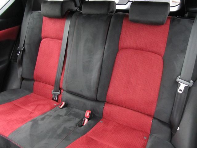 Fスポーツならではの黒色と赤色のシートがカッコイイですね!