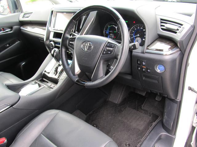 アルファードならではの広々とした運転席!座り心地の良いシートは個室のような快適さ!