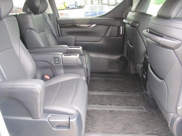 後部座席も十分な広さがあり、大人の方が座られても十分リラックスしていただけます!