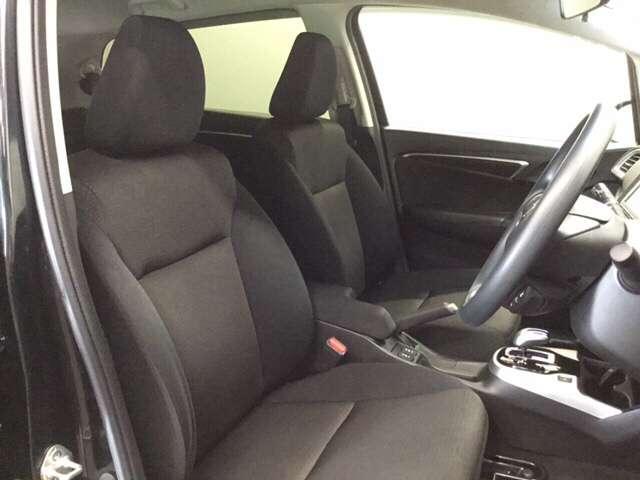 オーソドックスなセパレートタイプのシートです。内装色はブラックです。