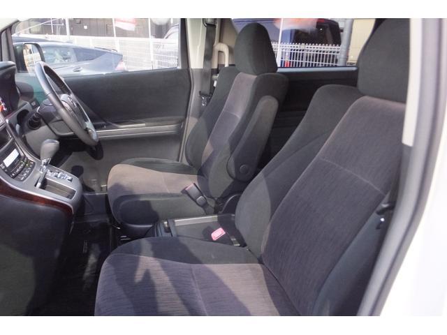 使用感少なく綺麗な室内♪車内はスミズミまで高温スチームクリーナーにて徹底的に清掃♪フロアマットも取り外し丸洗い♪下地のカーペットにいたるまで清掃いたします♪清潔な車内で快適ドライブ♪