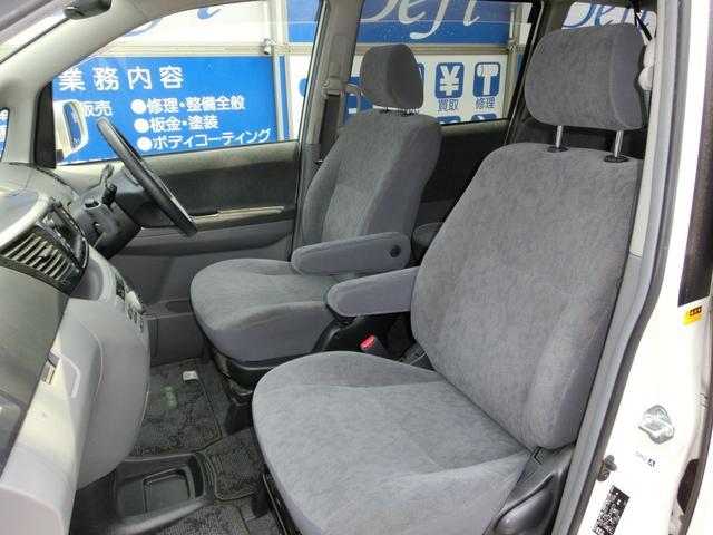 肘掛け付きのシートはシートカバー付きで状態も良好です!