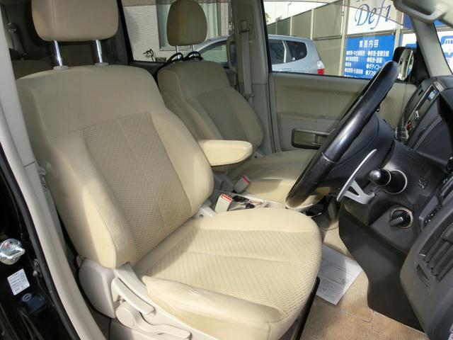 ひじ掛け付きの運転席は足元も広く快適です!