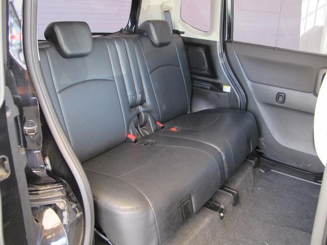後席もかなり広く、リクライニングも可能です!快適に車内でお過ごし頂けます!