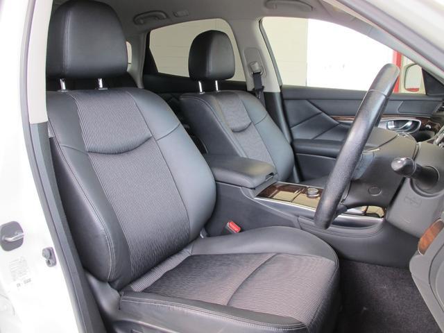 高級感のある運転席!ゆったりお乗り頂けます!長距離ドライブでも快適にお楽しみ頂けます!