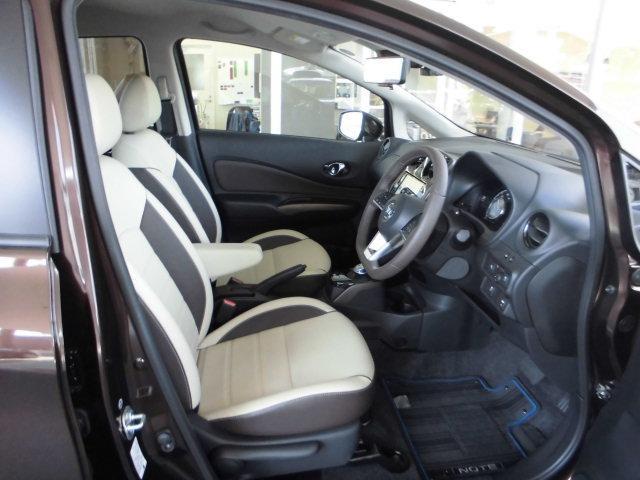 シート高調整&チルトステアリングで小柄な方も運転しやすいポジションに