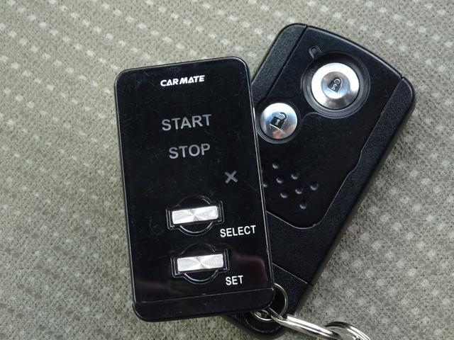 【リモコンエンジンスターター】は、離れた場所からリモコン操作でエンジン始動。エアコンをONにしておけば、乗車前に車内のコンディションを整えます。