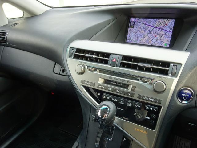 【純正ハードディスクナビ】搭載車です。地図データの情報量や音楽CDの録音機能が最大の魅力です。一度録音したCDを数多く保存できますので、ドライブ中の気分にあわせてお好きな曲をお選びいただけます。