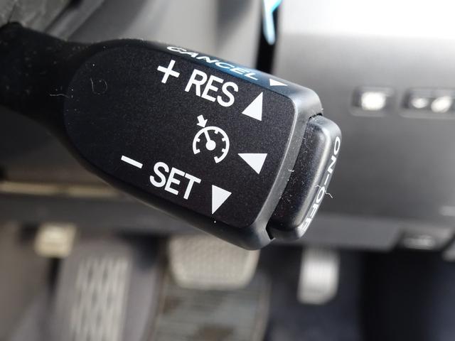 【オートクルーズ】が装備されています。速度設定をするだけで、一定の速度で自動走行が可能です。一定の速度で走行しますので、燃費の向上やアクセルペダルを踏む必要が無いので長距離ドライブが快適になります。