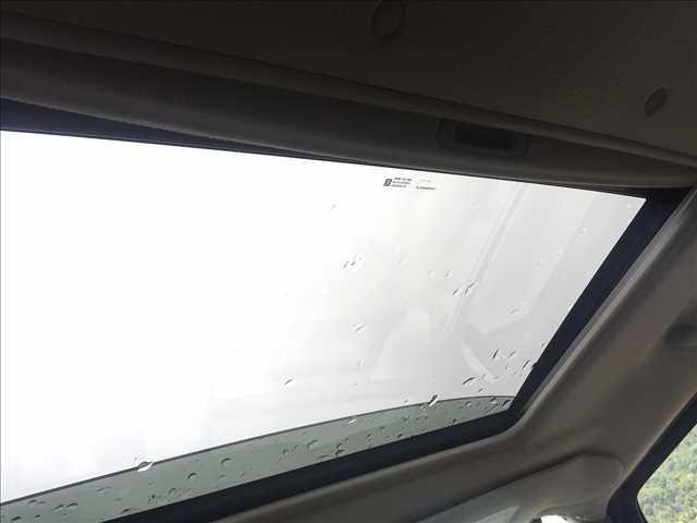 サンルーフ付で開けると車内もパッと明るくなりますよ♪