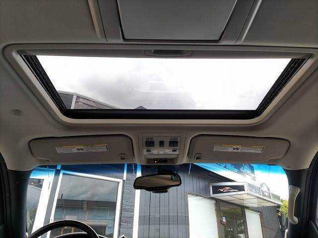ガラスサンルーフ付で車内は明るいですよ♪