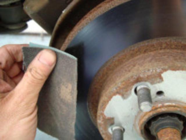 ブレーキパットを取外し状態を確認します。再度組付けする場合は、各部グリスアップにパット表面の面取りにブレーキローターをペーパーで磨いてお渡ししております。