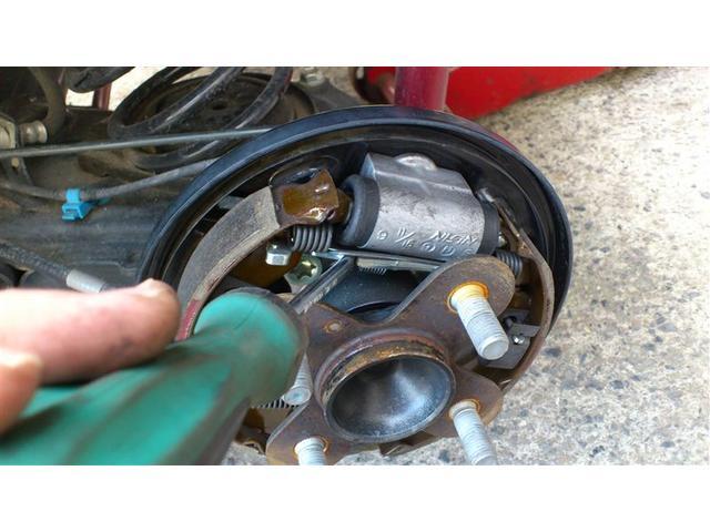 サイドブレーキは実は効いてるようで効いてない車が多いです。弊社では必ずサイドブレーキの効き調整をしてお渡ししております。