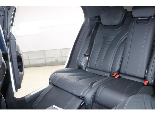助手席の後方のシートにはオットマンがついておりとても広々と乗って頂く事ができます!新幹線のグリーン車くらいのスペースがございます!
