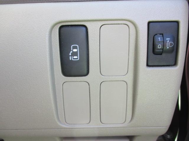 後席左側のドアはガチャっと引くと自動で開きます!運転席には電動ドアのスイッチがあります!運転席から、スイッチを押すだけでドアの開閉も出来ます!