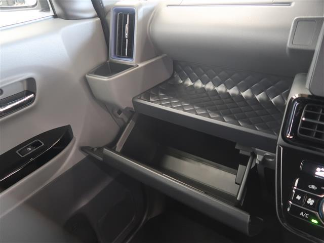 助手席側には収納BOXやトレイ、ドリンクホルダーがあります。