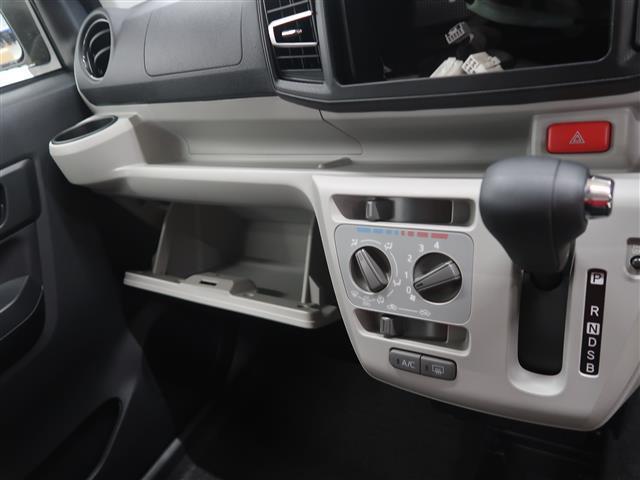 助手席側には収納BOXやトレイ、ドリンクホルダーがあるので便利です。