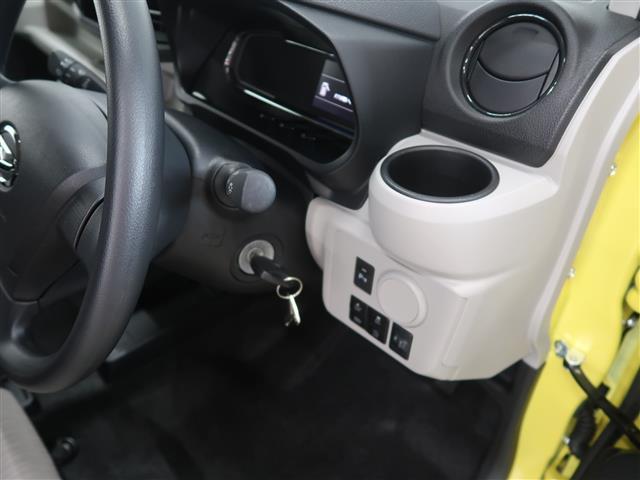 運転席側にもドリンクホルダーがついています。
