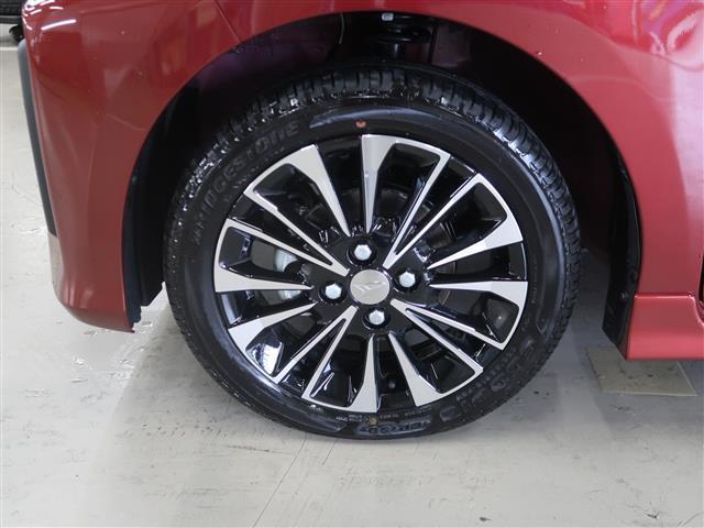 足元を引き締める15インチのアルミホイールです。タイヤ溝もたっぷり残っているので、長くお使いいただけるかと思います。