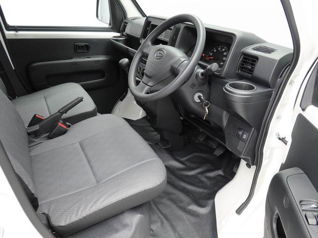 乗り降りがしやすい設計になっており、床がフラットになっているので、助手席側から乗り込んでも運転席に移動しやすいです。