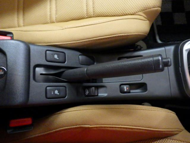 ハンドブレーキとなります。運転席、助手席のシートにはシートヒーターが内蔵されており、温かくしてお乗りいただけます。