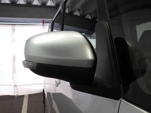 ドアミラーは電動格納式ドアミラーです。乗る人に合わせて室内で楽々と調整ができ便利です。