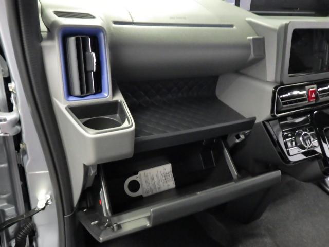 グローブボックスです。車検証や、お客様の大切な物を収納できます。助手席側にもドリンクホルダーがございます。
