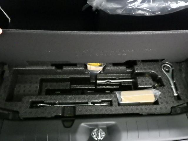 ラゲージスペースの下にはツールボックスがございます。タイヤパンク修理キットも装備です。